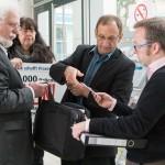 Wolfgang Bartels, Dr. Silke Lüder und Wieland Dietrich übergeben die Unterschriften an einen BMG-Mitarbeiter (Foto: Manfred Wigger)